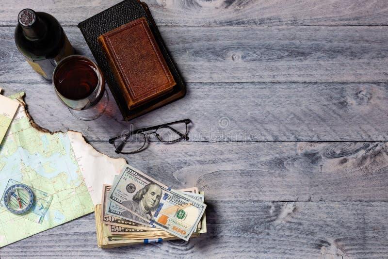 Mapa, bússola, vinho, dinheiro, livros e óculos, com espaço para cópia imagens de stock