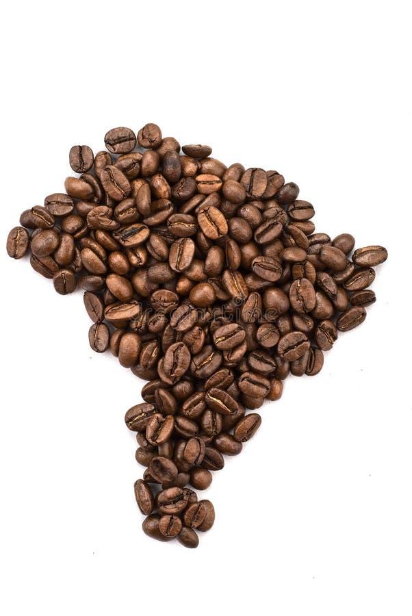 Mapa brasileiro feito fora dos feijões de café foto de stock