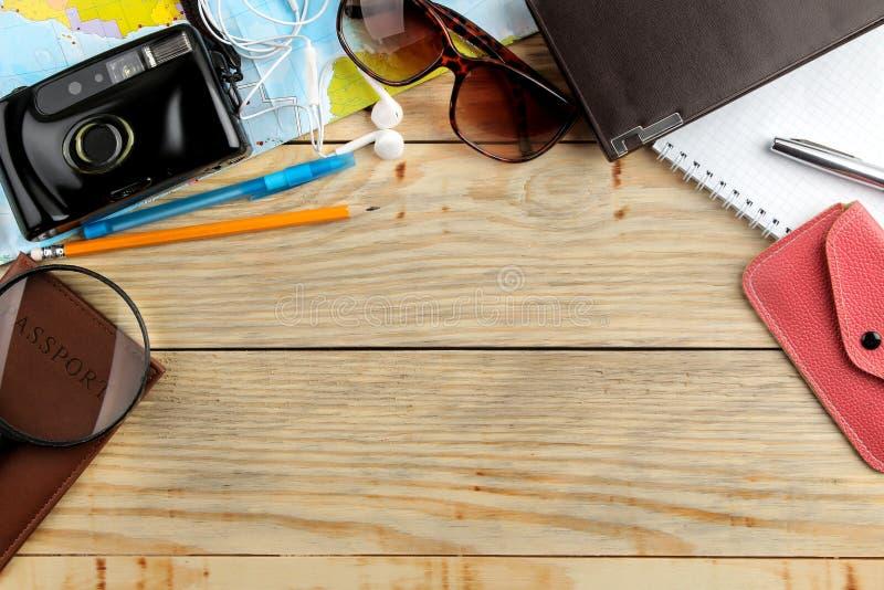Mapa, câmera, passaporte e carteira do conceito do curso em uma tabela de madeira natural Abrandamento feriados Vista superior Es fotografia de stock