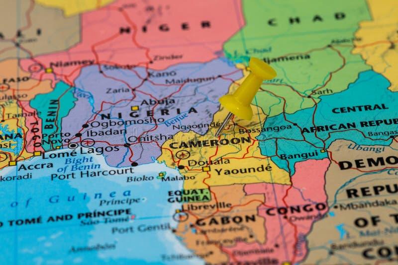 Mapa Cameroon z żółtym pushpin wtykającym fotografia stock
