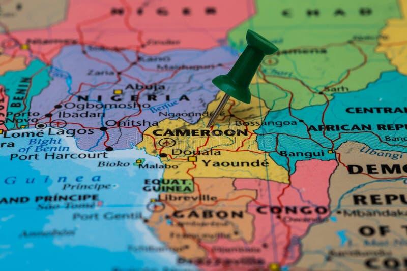 Mapa Cameroon z zielonym pushpin wtykającym zdjęcie royalty free