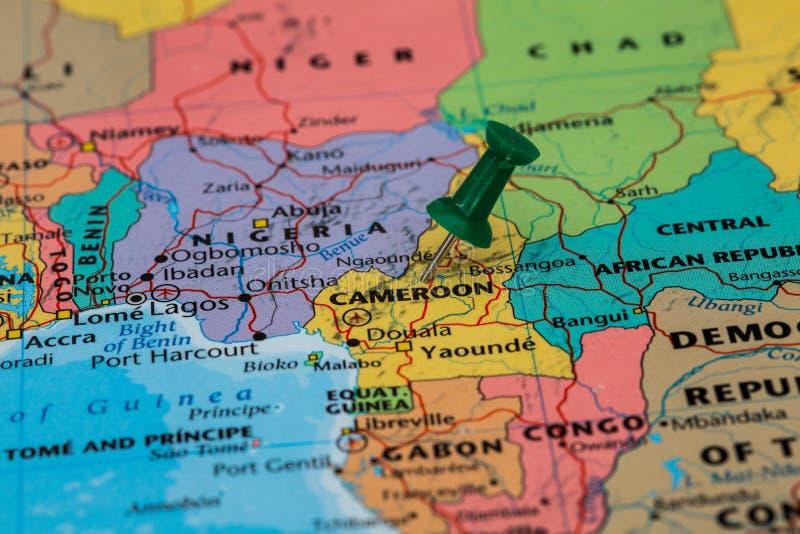 Mapa Cameroon z zielonym pushpin wtykającym zdjęcia royalty free
