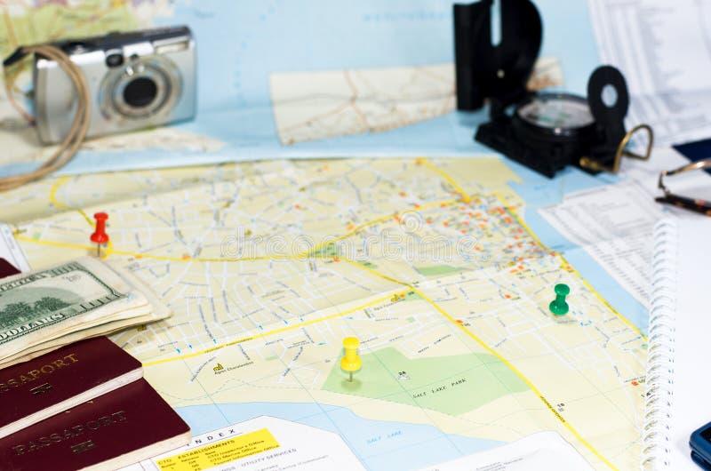 Mapa com percevejos e passaportes imagem de stock