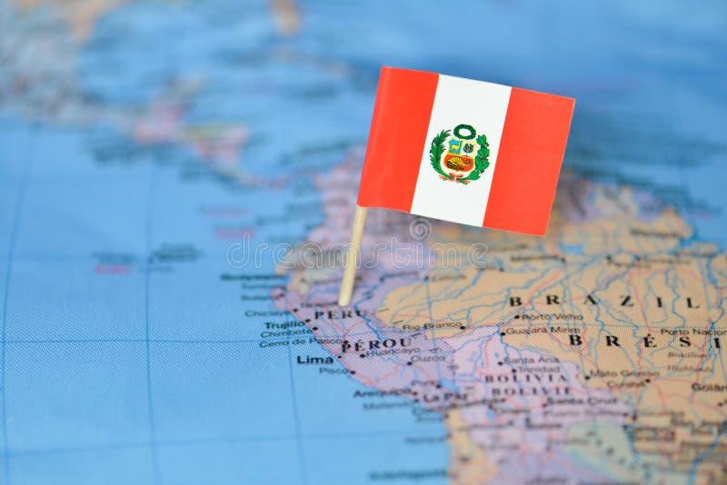 Mapa con la bandera de Perú imagen de archivo libre de regalías