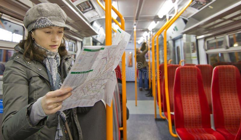 Mapa da leitura do turista fotografia de stock royalty free