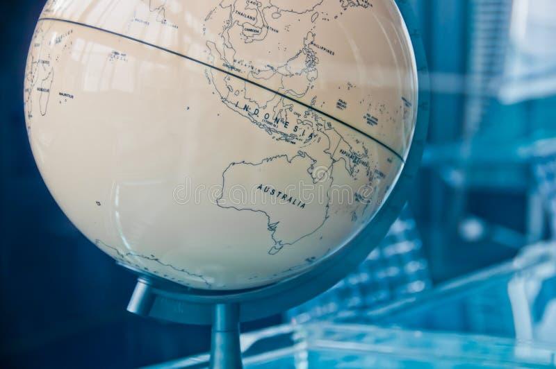 Mapa de Austrália e de Nova Zelândia em um globo clássico velho retro da terra do vintage na sala de direção executiva da gestão imagens de stock royalty free