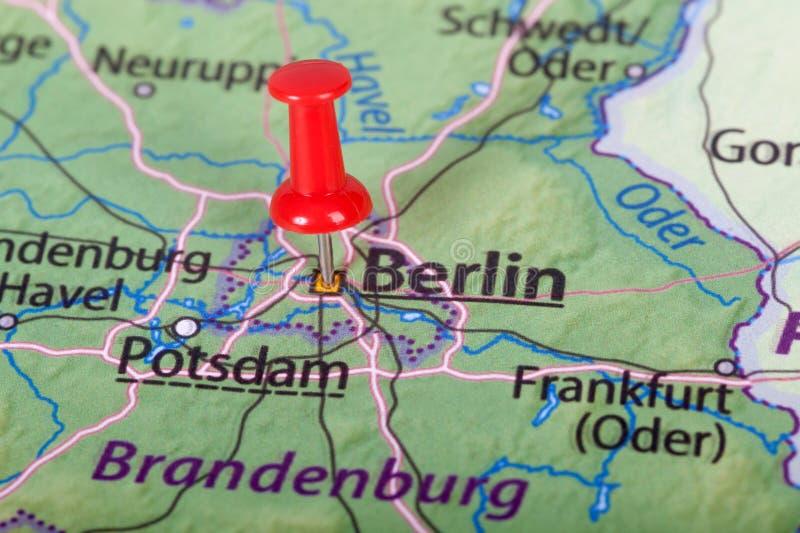 Mapa de Berlín con el perno rojo - concepto del viaje fotos de archivo