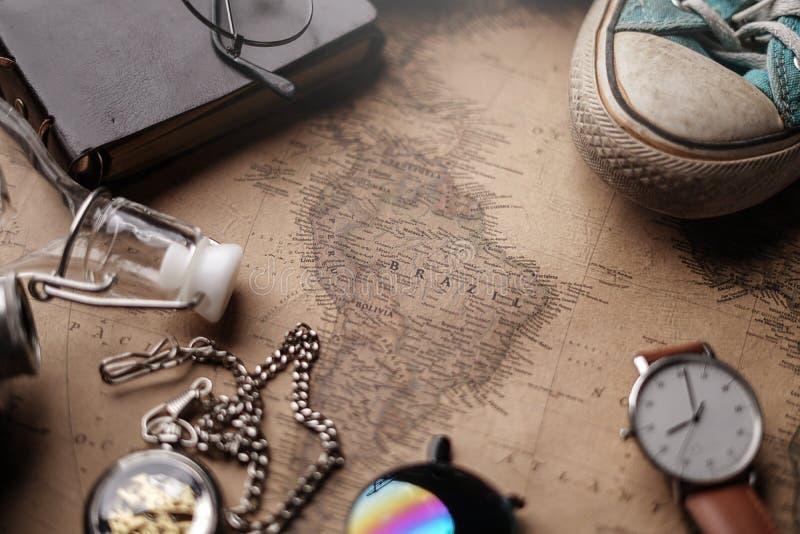 Mapa de Brasil entre os acessórios do viajante no mapa velho do vintage Fundo do conceito do curso foto de stock