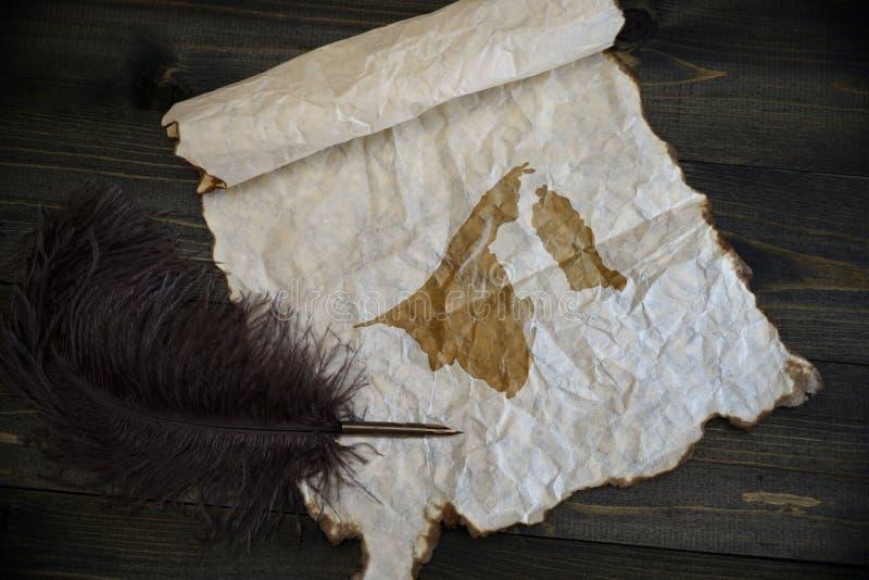 Mapa de brunei no papel do vintage com a pena velha na mesa de madeira da textura imagens de stock royalty free