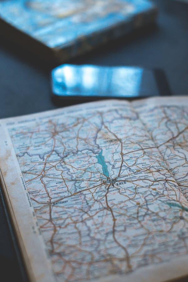 Mapa de camino con el teléfono en un fondo oscuro fotografía de archivo