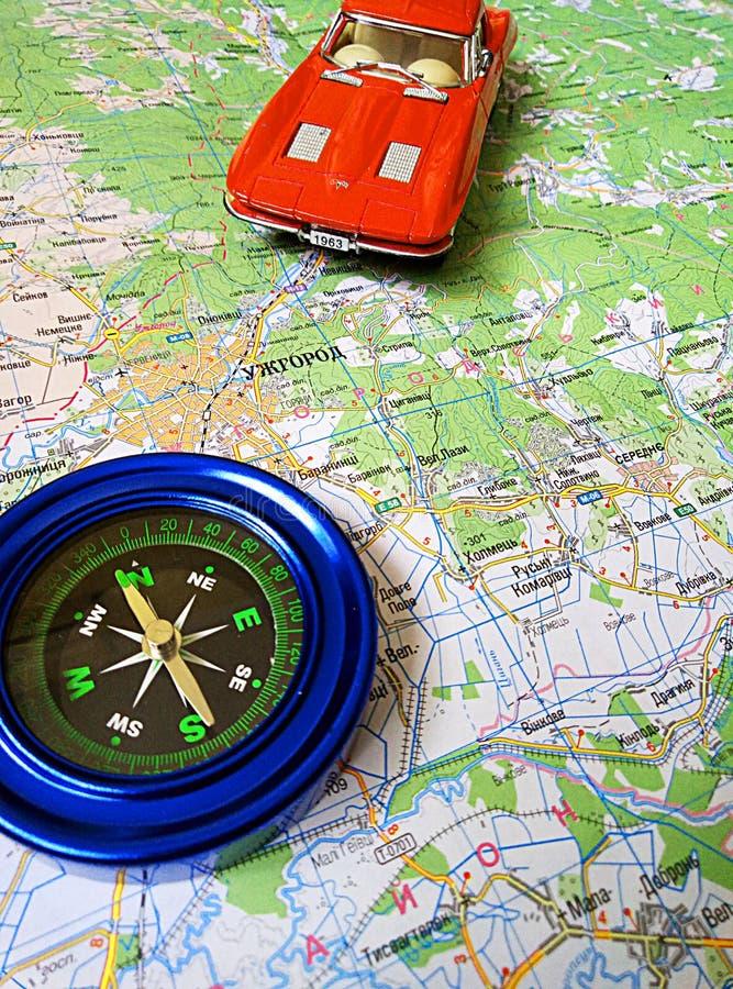 Mapa de camino y coche del juguete en el mapa imagenes de archivo