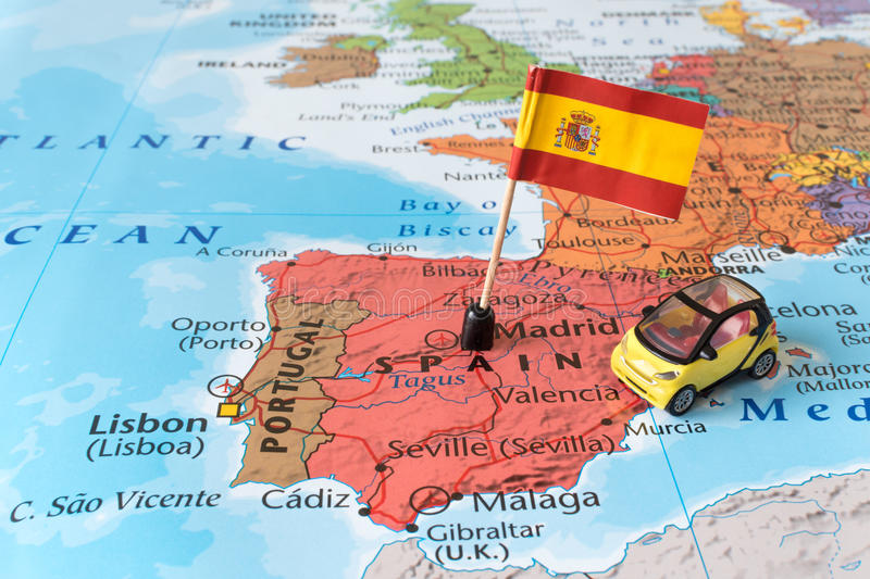 Mapa de España, bandera y coche, concepto del viaje foto de archivo