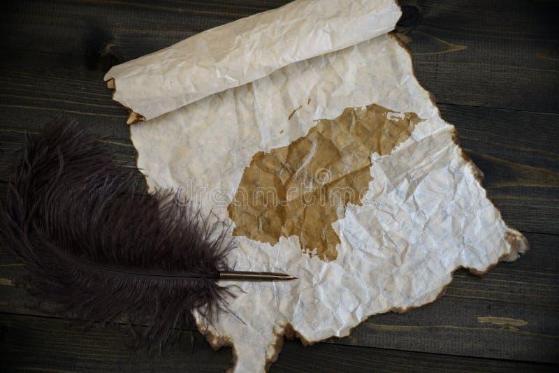 Mapa de Honduras en el papel del vintage con la pluma vieja en el escritorio de madera de la textura imagenes de archivo