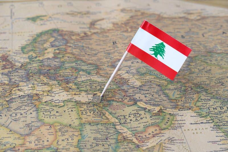 Mapa de Líbano y perno de la bandera imagenes de archivo