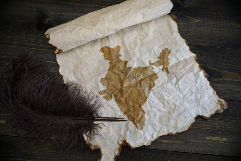 Mapa de la India en el papel del vintage con la pluma vieja en el escritorio de madera de la textura fotos de archivo