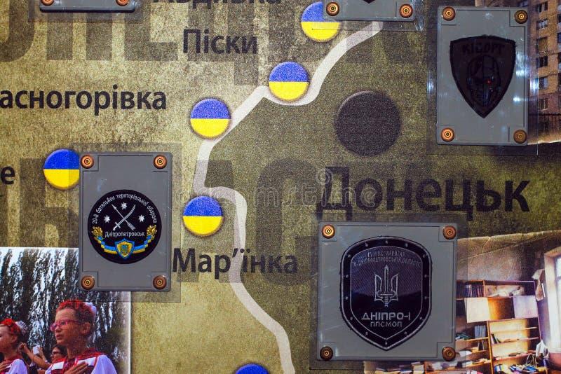 Mapa de la zona de la ATO, con los galones de las unidades del ejercito ucranianas en el museo de Operation antiterrorista en Dne fotos de archivo libres de regalías