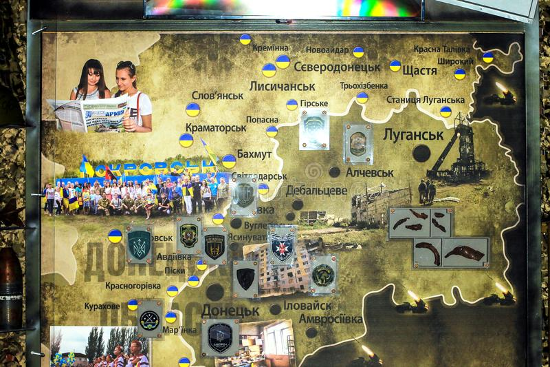 Mapa de la zona de la ATO, con los galones de las unidades del ejercito ucranianas en el museo de Operation antiterrorista en Dne imágenes de archivo libres de regalías