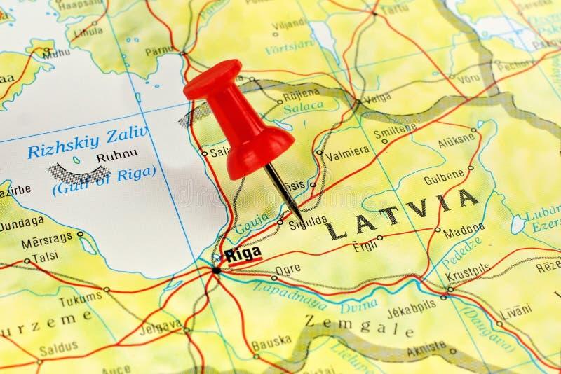 Mapa de Letónia com pino fotografia de stock royalty free