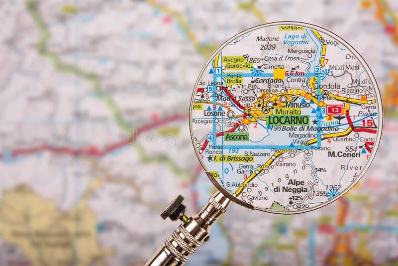 Mapa de Locarno com a lupa na tabela foto de stock royalty free