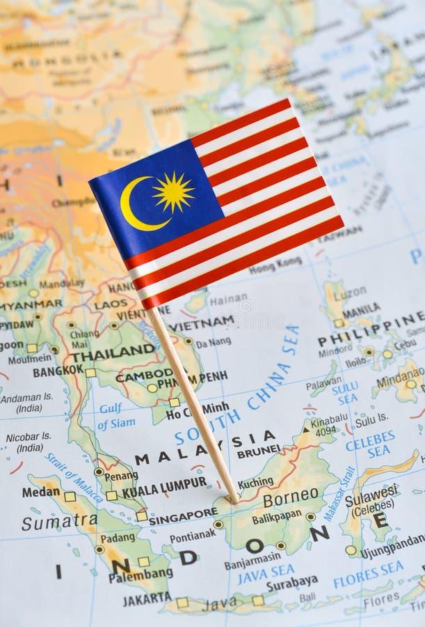Mapa de Malásia um pino da bandeira imagem de stock