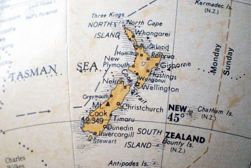 Mapa de Nueva Zelanda en un globo del mundo fotos de archivo