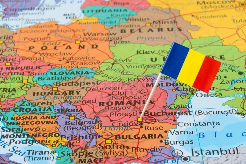 Mapa de Romênia e pino da bandeira fotografia de stock royalty free
