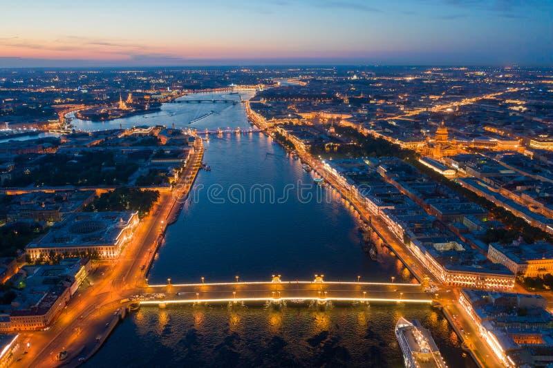 Mapa de San Petersburgo. Asignar desde una altura. Ciudad nocturna desde vista de pájaro. San Petersburgo. Rusia. Panorama de San imagenes de archivo