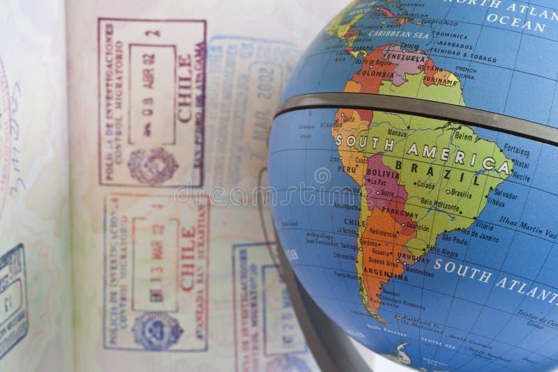 Mapa de Suramérica al lado del sello del pasaporte imagen de archivo libre de regalías