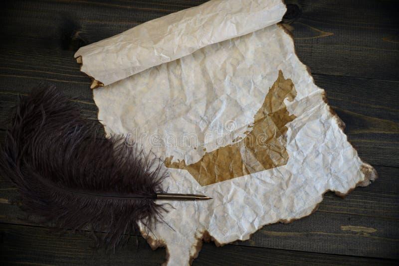 Mapa de United Arab Emirates no papel do vintage com a pena velha na mesa de madeira da textura imagens de stock