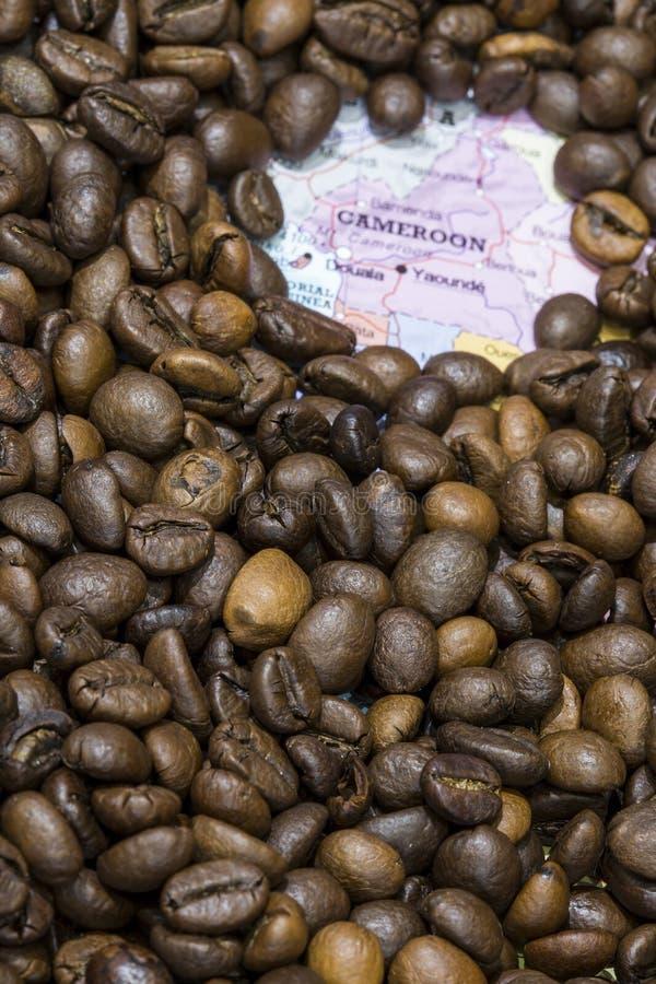 Mapa del Camerún bajo fondo de los granos de café fotografía de archivo libre de regalías