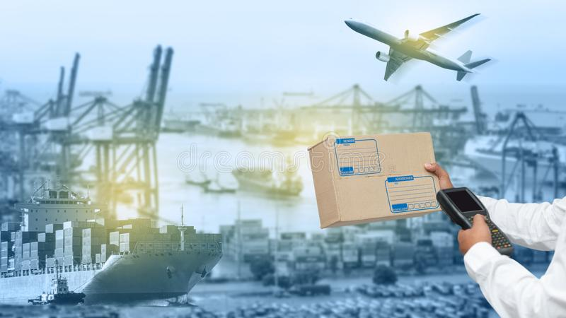 Mapa del mundo con la distribución logística de la red en fondo, concepto logístico y del transporte en cargo industrial delanter imágenes de archivo libres de regalías