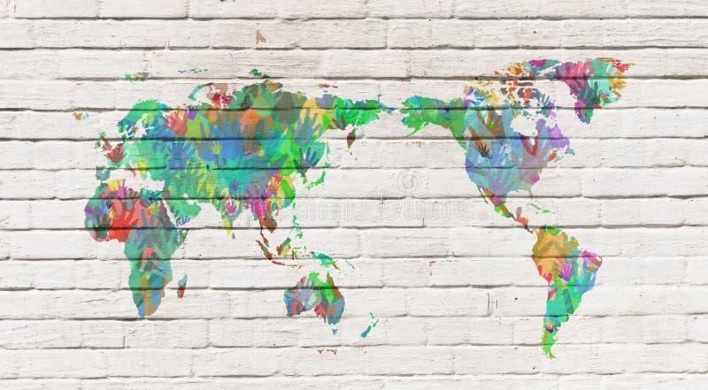 Mapa del mundo con las manos en diversos colores fotos de archivo