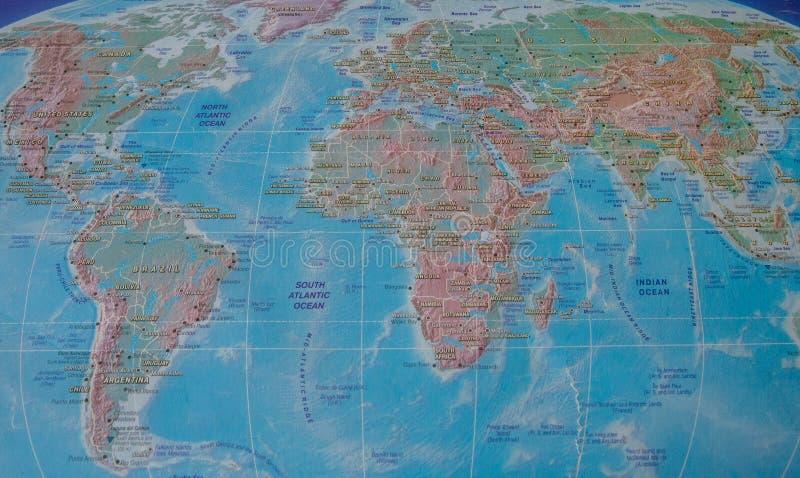 Mapa del mundo con nombres de países y de ciudades foto de archivo