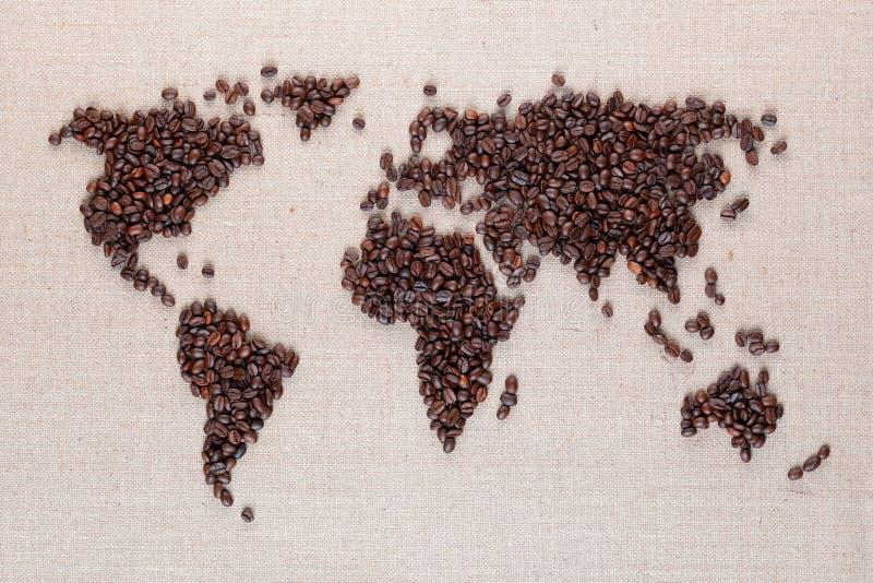 Mapa del mundo de los granos de café en la lona de lino imágenes de archivo libres de regalías