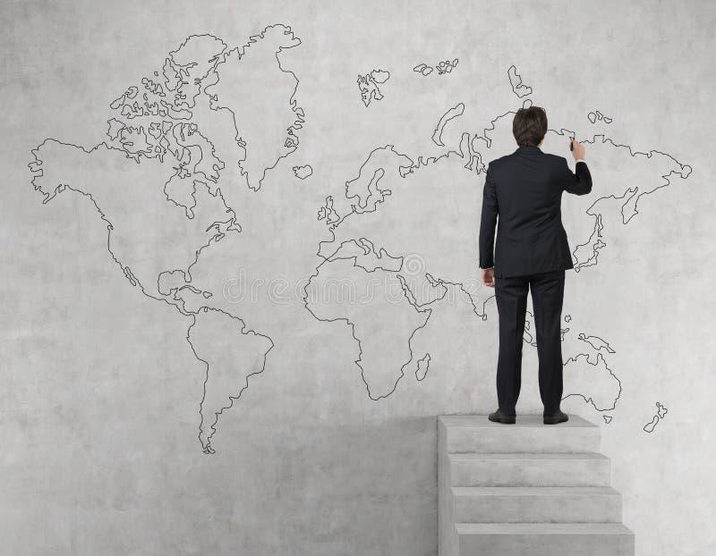 Mapa del mundo del dibujo del hombre de negocios fotografía de archivo libre de regalías