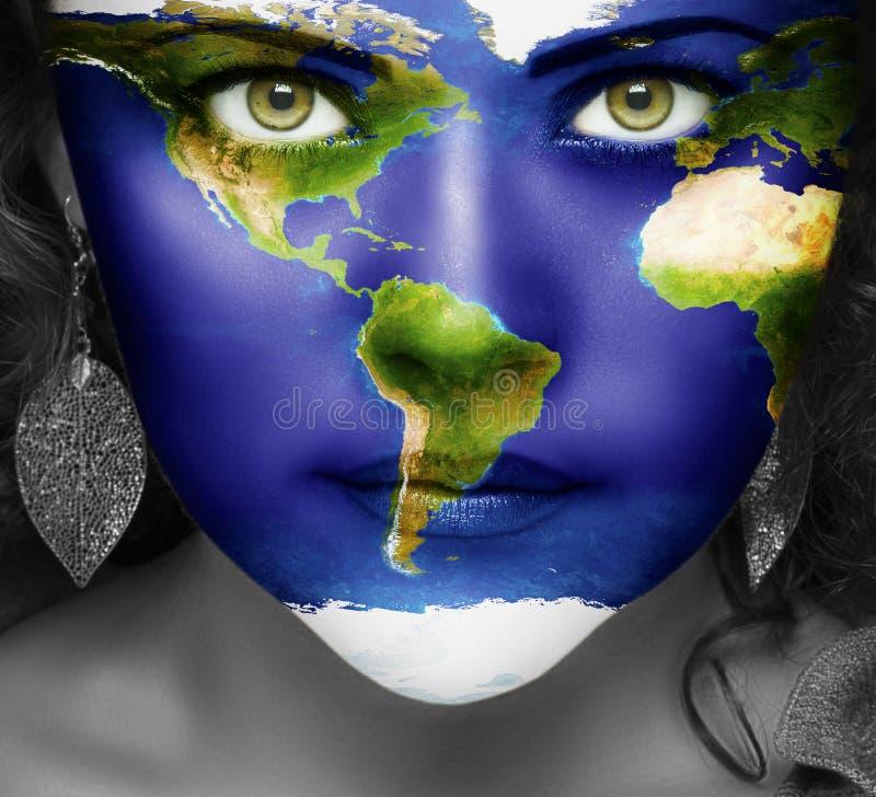 Mapa del mundo en la cara de la muchacha fotografía de archivo