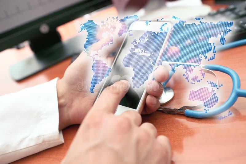 Mapa del mundo olográfico en las manos del médico facultativo fotos de archivo libres de regalías
