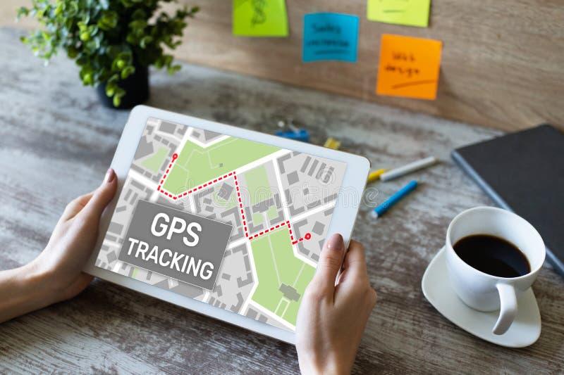 Mapa del seguimiento de sistema de navegación mundial de GPS en la pantalla del dispositivo foto de archivo libre de regalías