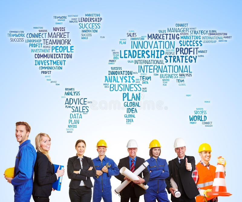 Mapa do mundo atrás dos trabalhadores e dos coordenadores junto imagens de stock royalty free