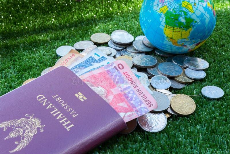 Mapa do mundo e passaporte e dinheiro imagens de stock royalty free