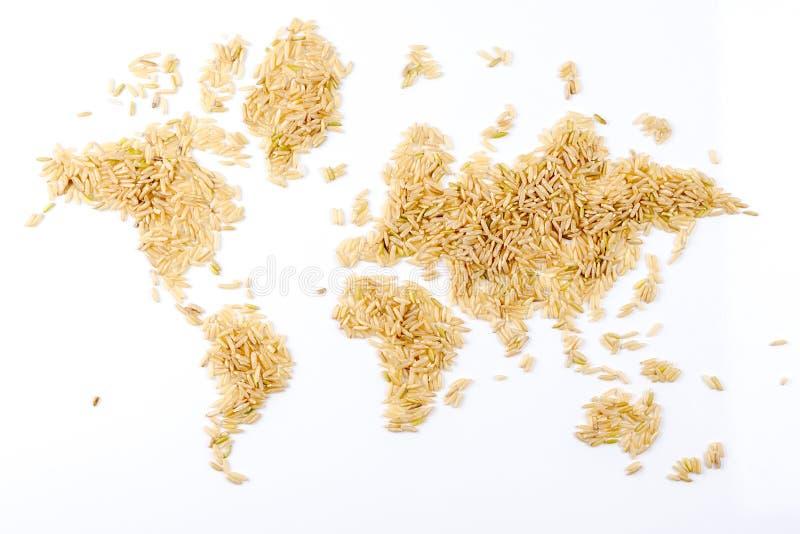 Mapa do mundo feito do arroz natural cru no fundo branco fotografia de stock
