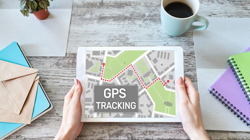 Mapa do seguimento de sistema de navega??o mundial de GPS na tela do dispositivo foto de stock