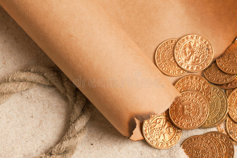 Mapa do tesouro e moedas douradas fotos de stock royalty free