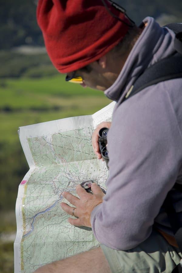 Mapa e compasso que orienteering ao ar livre imagem de stock