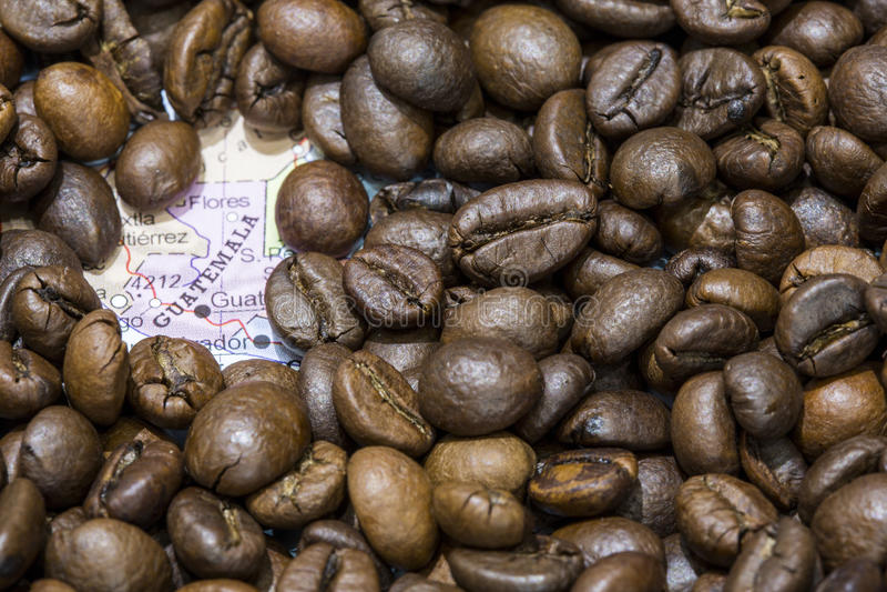 Mapa Gwatemala pod tłem kawowe fasole zdjęcia stock