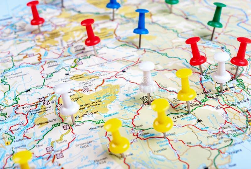 Mapa identificado por meio de percevejo multi-colorido imagem de stock