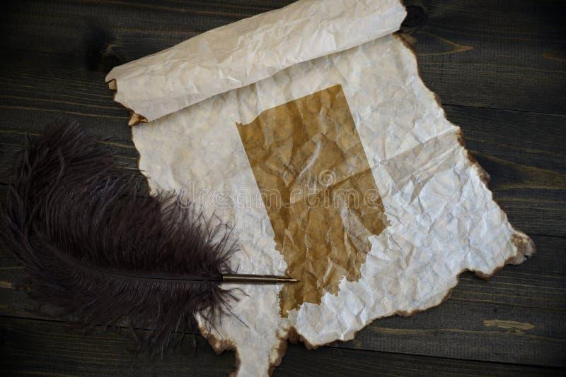 Mapa Indiana stan na rocznika papierze z starym pi?rem na drewnianym tekstury biurku zdjęcia royalty free