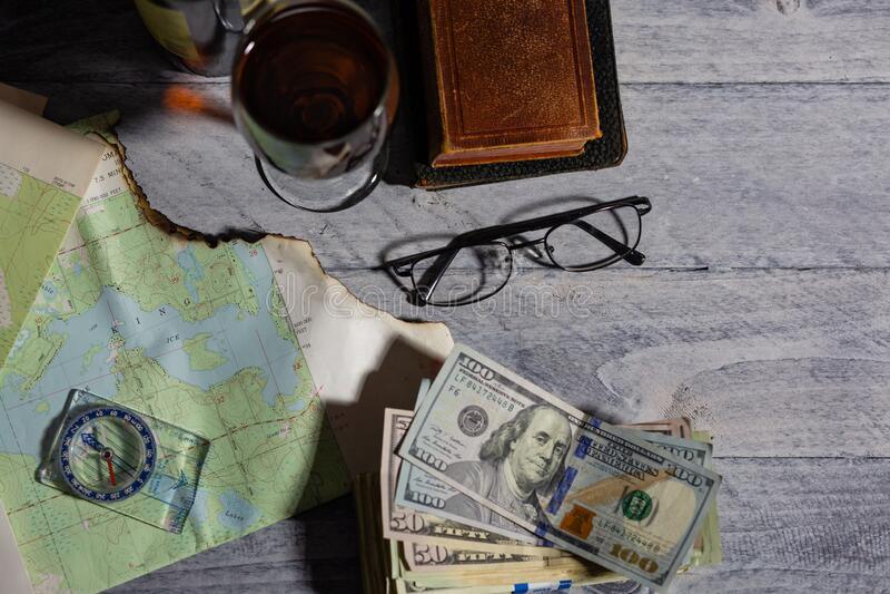 Mapa, kompas, wino, pieniądze, książki i okulary zdjęcia stock