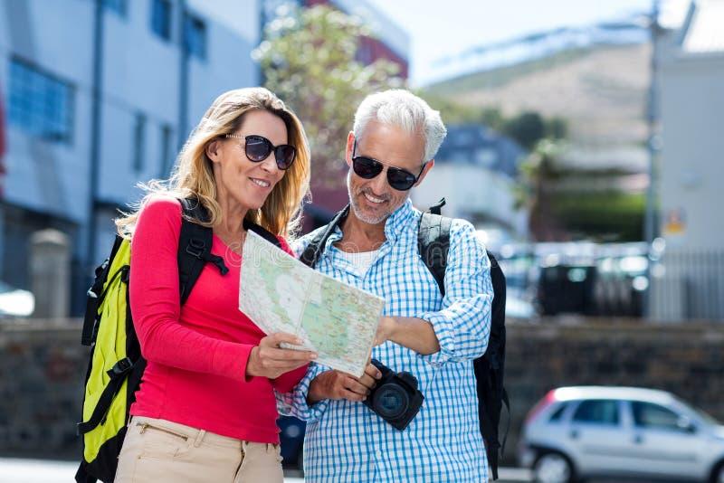 Mapa maduro da leitura dos pares na cidade fotos de stock royalty free