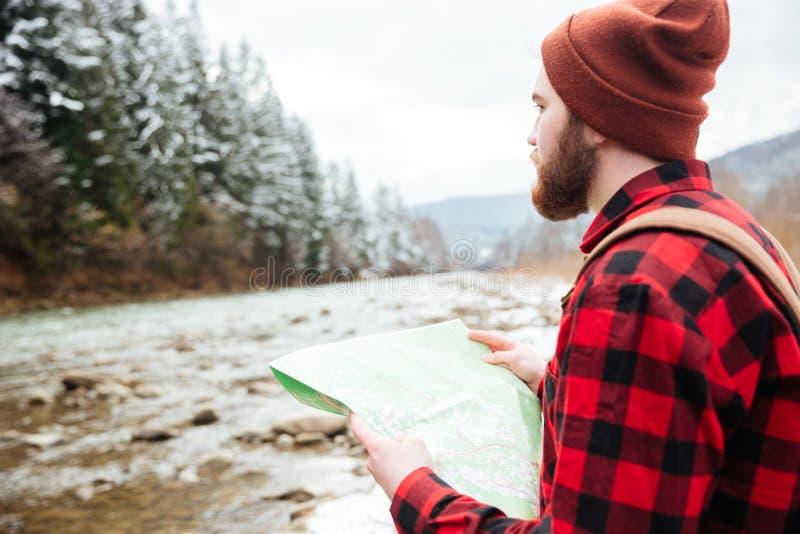 Mapa masculino de la tenencia del caminante al aire libre fotografía de archivo libre de regalías